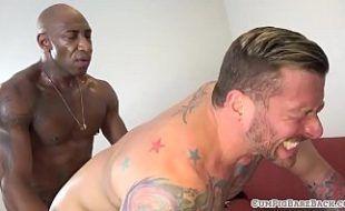 Sexo interracial gay com dois machos fazendo troca troca