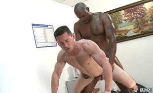 Homem negro comedor arrombando o cu do amigo