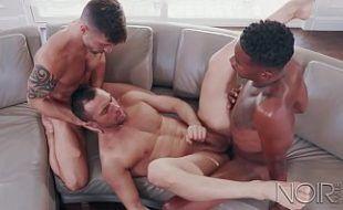 Suruba pornô com dois machos fodendo um veado