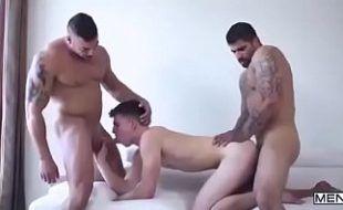 Sexo a três com sarados comendo cu de novinho