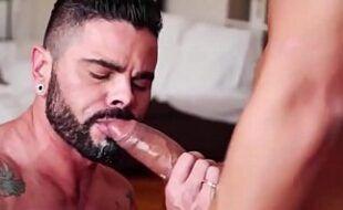 Vídeo gay HD com barbudo passivo tomando no cu