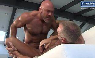 Homens maduros gostosos transando no pelo