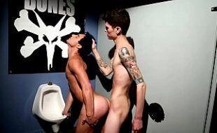 Sexo com gays no banheiro da balada
